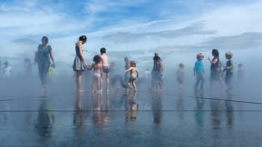 Créé en 2006, le miroir d'eau est l'un des espaces publics les plus fréquentés de Bordeaux, par ses habitants et de nombreux touristes.