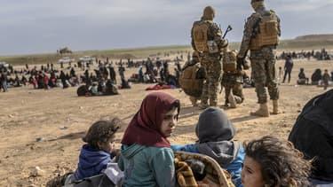 Des enfants entourés des Forces armées kurdes à Baghouz, en Syrie, le 5 mars 2019