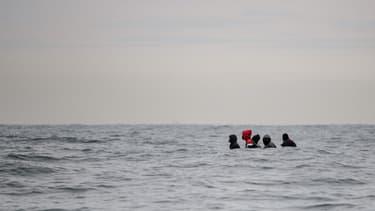 Des migrants tentent de franchir la Manche pour rejoindre l'Angleterre, en août 2020 (illustration)