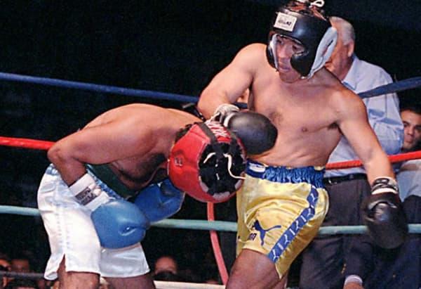 Diego Maradona (à droite) lors de son exhibition contre Santos Laciar en avril 1996