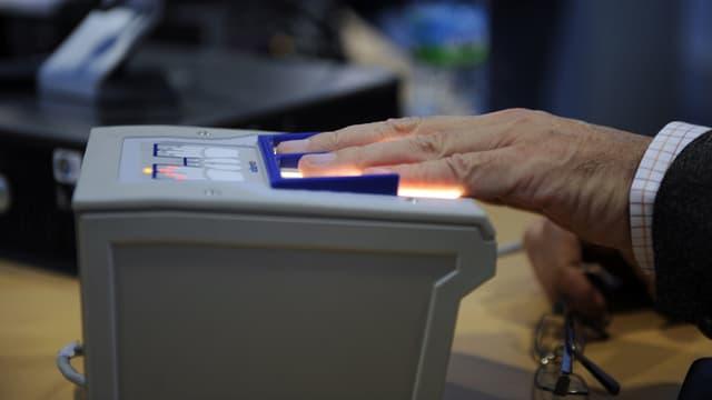 Un passager fait analyser ses empreintes digitales lors du passage en douane d'un aéroport (photo d'illustration)