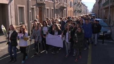Trois mille personnes, dont de nombreux collégiens, ont défilé en hommage à Aude, 14 ans, ce dimanche, à Millau.