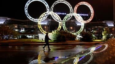 Le symbole des Jeux Olympiques devant l'aéroport de Sotchi, Russie, la ville hôte de la compétition en 2014.