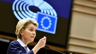 La présidente de la Commission européenne, Ursula von der Leyen devant le Parlement européen, à Bruxelles, le 16 décembre 2020
