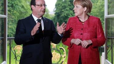 François Hollande à l'Elysée aux côtés de la chancelière allemande Angela Merkel. Le président a déclaré qu'il respectait les recommandations de la Commission européenne mais que les détails des réformes à mener en France relevaient de sa souveraineté. /P