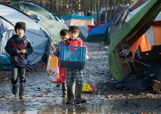 Des enfants kurdes dans le camp de migrants de Grande-Synthe, près de Dunkerque, dans le nord de la France, le 23 décembre 2015