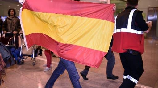 Un homme revêt le drapeau Espagnol