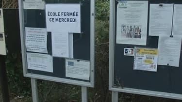 La porte d'une école primaire de Sucy-en-Brie, dans le Val-de-Marne, était cadenassée, ce mercredi matin