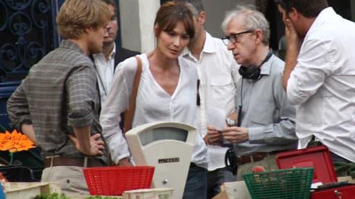 """Cet été, Woody Allen dirigeait Carla Bruni-Sarkozy et Owen Wilson (à gauche) sur le tournage """"Midnight in Paris"""""""