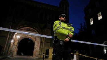 Policier à Reading, protégeant les lieux du drame.