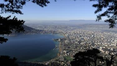 Vue aérienne de la ville d'Annecy et de son lac en 2011