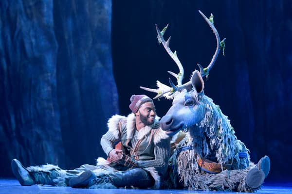 """Jelani Alladin (en Kristoff) et Andrew Pirozzi (en Sven) dans la comédie musicale """"La Reine des Neiges"""""""