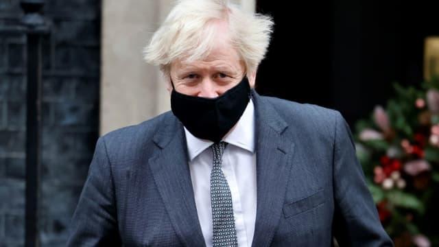 Le Premier ministre britannique Boris Johnson sort du 10 Downing Street, le 30 décembre 2020 à Londres