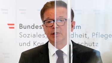 Le ministre autrichien de la Santé, Rudolf Anschober, annonce sa démission lors d'une conférence de presse à Vienne, le 13 avril 2021.