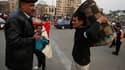 Place Tahrir, au Caire. Près d'une semaine après le départ d'Hosni Moubarak, la France a levé jeudi les restrictions pesant sur les voyages touristiques en Egypte estimant que les étrangers ne faisaient plus l'objet de menaces. /Photo prise le 14 février
