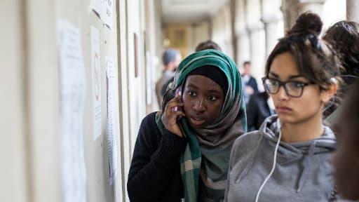 Des candidates découvrent les résultats du bac 2013 à Paris, le 5 juillet.