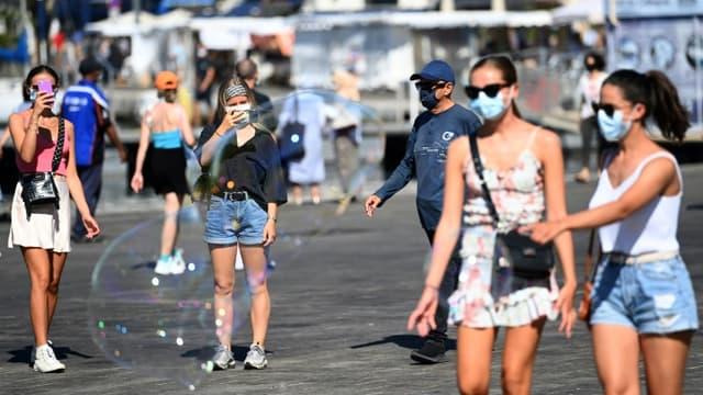 Des passants tous masqués sur le vieux port de Marseille, le 26 août 2020