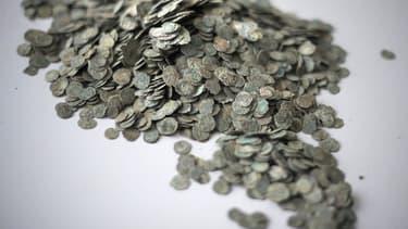 Une partie des 100.000 pièces de monnaie en bronze, datant de l'époque romaine, découvertes fin septembre 2010 à Autun, en Saône-et-Loire, sur un chantier de logements sociaux