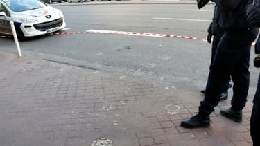 Le corps, gisant sur la chaussée, a été recouvert d'un drap blanc et des badauds se sont regroupés autour du périmètre de sécurité mis en place par la police.