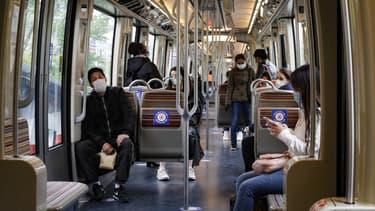Des Franciliens masqués dans le métro à Paris en mai 2020.