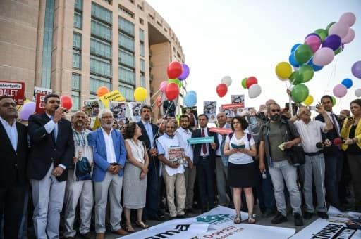 Des journalistes de Cumhuriyet et des sympathisants manifestent devant le tribunal d'Istanbul, le 24 juillet 2017