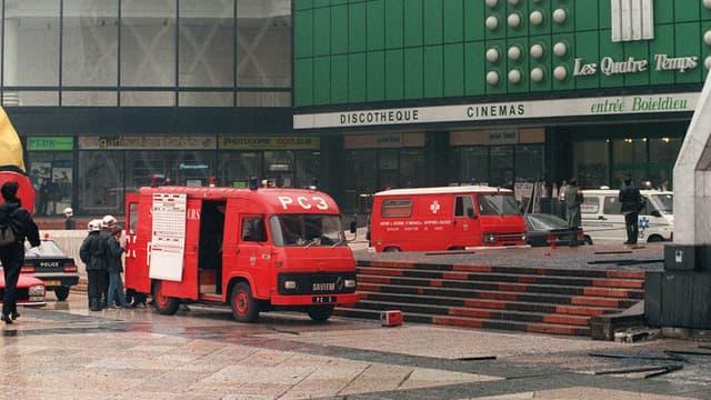 """Des véhicules de pompiers stationnent à l'entrée du centre commercial des """"Quatre temps"""" de la Défense (Hauts-de-Seine), dans lequel un attentat à l'explosif caché sous une banquette de la cafétéria du supermarché """"Casino"""" a blessé 41 personnes, le 12 septembre 1986."""