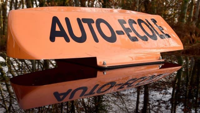 Les patrons d'auto-écoles manifestent contre la modernisation du permis de conduire.