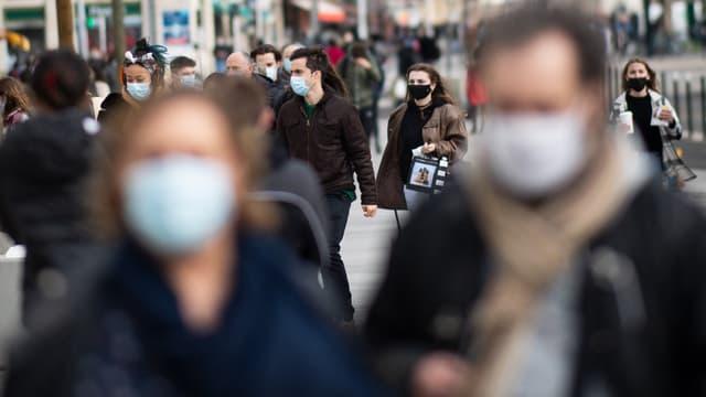 Des personnes masquées en extérieur (photo d'illustration).
