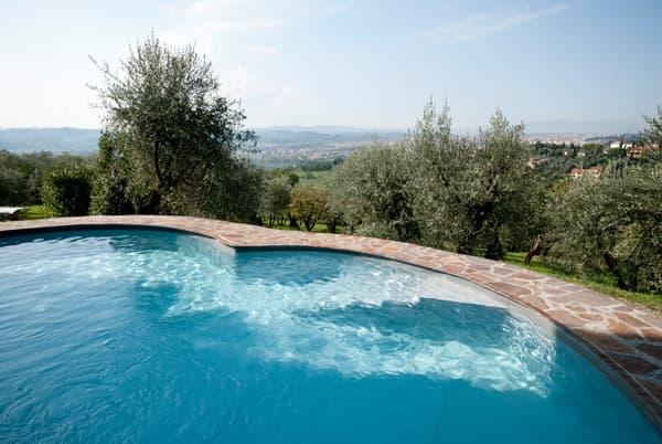 Terrain de pétanque, piscine, une demeure d'exception qui appelle à la détente.