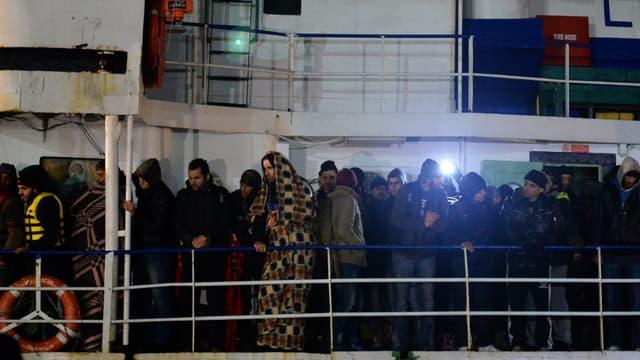 Des migrants, vraisemblablement syriens, arrivent en Italie à bord de l'Ezadeem.