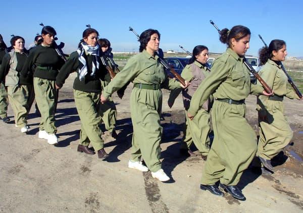 Des femmes peshmergas s'entraînent au combat, en janvier 2003.