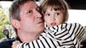 La petite Elise et son père, en avril 2009