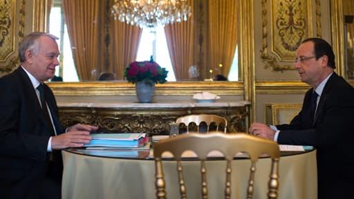 Jean-Marc Ayrault doit-il rester à son poste ou François Hollande doit-il le faire remplacer? Selon un sondage BVA, 63% des Français sont pour un changement de Premier ministre.