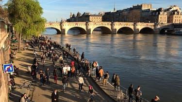 Des Parisiens sur les quais de la Seine le 14 mars 2020 ( photo d'illustration)