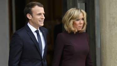 Emmanuel et Brigitte Macron sur le perron de l'Elysée le 18 novembre 2017.