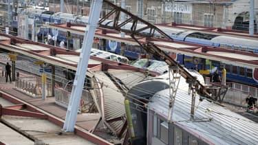 Site de l'accident à la station de Brétigny-sur-Orge, près de Paris, le 12 juillet 2013, après qu'un train intercités ait déraillé à son arrivée en gare