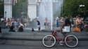 New-yorkais massés autour d'une fontaine à New York pour faire face à la chaleur.