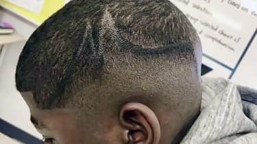 La coiffure de l'enfant recouverte d'un trait de feutre noir.