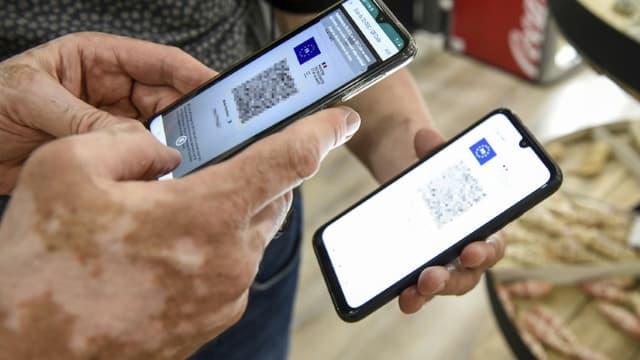 Une personne fait valider son pass sanitaire sur son téléphone à Amnéville, le 22 juillet 2021