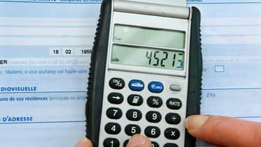 """Le gouvernement français envisagerait notamment """"15 à 20 milliards d'euros"""" de hausses d'impôts afin d'atteindre son objectif de réduction du déficit public à 3% du produit intérieur brut (PIB) fin 2013, selon Le Journal du Dimanche. /Photo d'archives/REU"""