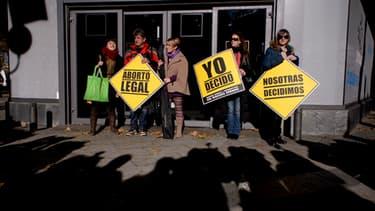 """Des femmes manifestent à Madrid le 20 décembre, portant des pancartes """"je décide"""" et """"avortement légal""""."""