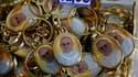 Moins de 48 heures après son élection surprise, le visage bonhomme et souriant du pape François orne déjà les pendentifs et les images pieuses vendues en kit avec des chapelets dans les boutiques proches de la place Saint-Pierre. /Photo prise le 15 mars 2