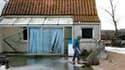Sinistré devant sa maison à L'Aiguillon-sur-Mer, en Vendée. Les appels aux dons se multiplient pour venir en aide aux victimes de la tempête Xynthia, dont beaucoup ont tout perdu dimanche. /Photo prise le 1er mars 2010/REUTERS/Stephane Mahé