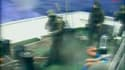 Commandos israéliens à bord d'un navire de la flottille humanitaire destinée à Gaza. Neuf militants pro-palestiniens ont été tués lors de l'assaut, selon l'armée israélienne dans un communiqué. /Image vidéo du 31 mai 2010/REUTERS/DHA/Reuters TV