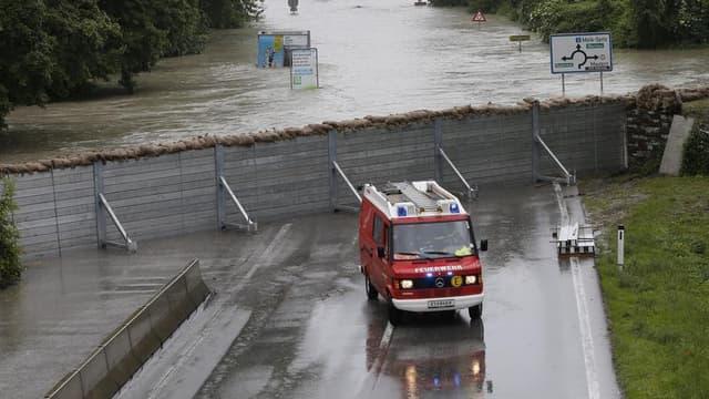 Digue élevée pour protéger le village de Stein-Krems, en Autriche, de la crue du Danube. Les pluies diluviennes et les inondations qui touchent une grande partie de l'Europe centrale ont déjà fait onze morts. Selon les prévisions météorologiques, les préc