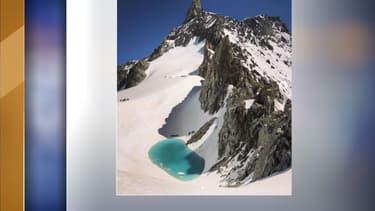 Le lac qui s'est formé sur le Mont-Blanc.