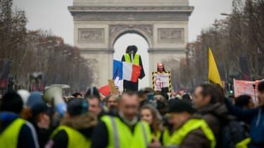 Des gilets jaunes manifestant devant l'Arc de Triomphe à Paris - Photo d'illustration - Lucas Barioulet - AFP