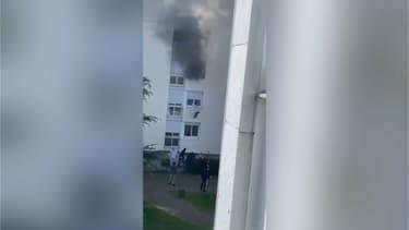 Le sauvetage d'une famille prise dans un appartement en feu.