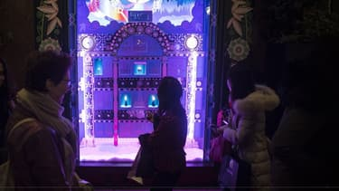 À Paris, les trottoirs sont restés clairsemés samedi devant les vitrines de Noël des grands magasins.