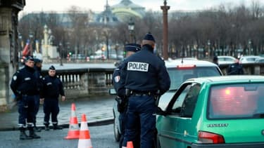 Un contrôle anti-pollution le 10 janvier 2017 place de la Concorde à Paris. La mise en place des restrictions de circulation à l'échelle du Grand Paris doit donner lieu aux premières verbalisations à l'échelle de la métropole.